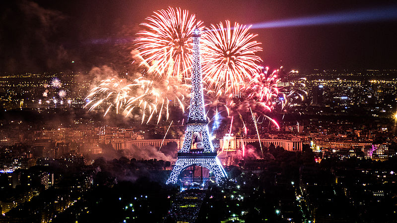 800px-2013_Fireworks_on_Eiffel_Tower_28
